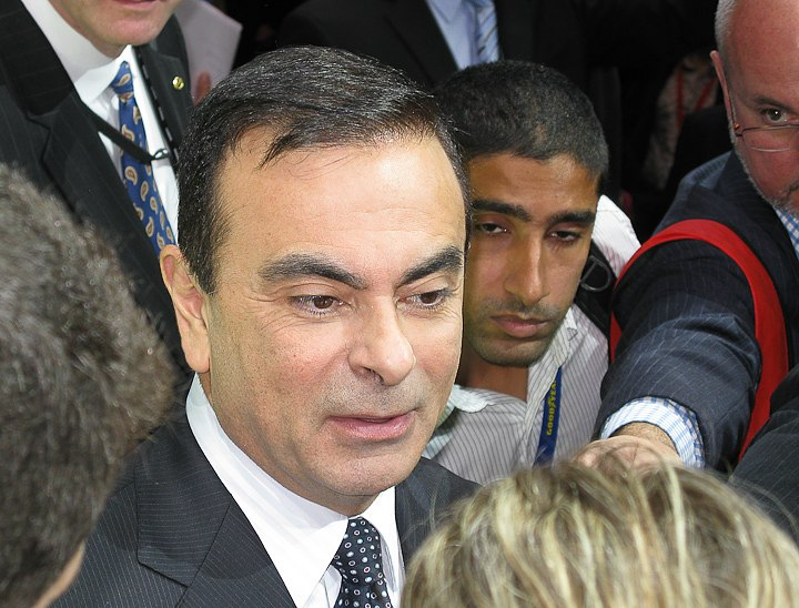 Ghosn1.jpg - [it]Carlos Ghosn, anche lui richiede l'uso dell'LCD orientabile[en]Carlos Ghosn, another pocket manager requiring the use of tiltable LCD in the crowd